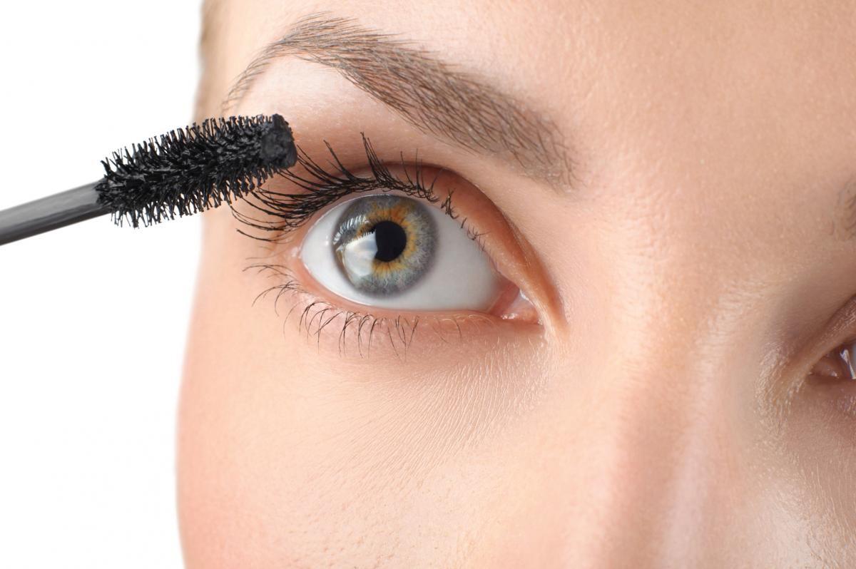 چه مدت بعد از انجام عمل لیزر چشم میتوانیم آرایش کنیم؟